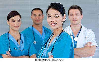 Lékařský tým, který se směje před kamerou