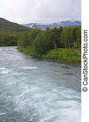 Landscape s horami a řekou