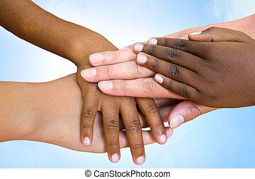 Lidské rasy se spojily s rukama.