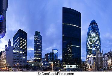 Londýnská finanční čtvrť ve soumraku.