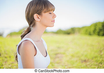 Mírová mladá žena se uvolnila venku