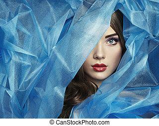 Módní fotka krásných žen pod modrou závojí