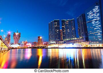 Macau z města, z mostu a mrakodrapu.