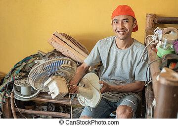majetek, sedění, asijský, nerovný, fanoušek, usmíva se, čas, kamera, opravář, dokola, věc, elektronika