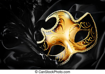 Maska na černém hedvábí