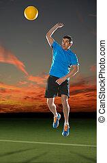 Mature hispánský volejbalista v akci