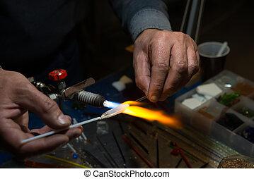 Mistryně skla vyrábí miniaturní figurky skla