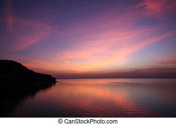 Mléčná barva mraků a oblohy v čase soumraku