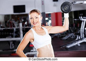 Mladá žena, co cvičí