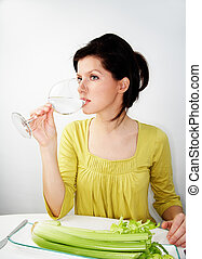 Mladá žena drží dietu