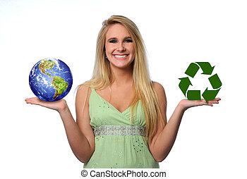 Mladá žena drží zemi a recykluje logo