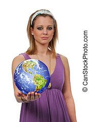 Mladá žena drží zemi
