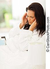 Mladá žena má bolesti hlavy