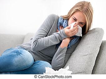 Mladá žena má rýmu