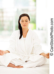 Mladá žena medituje