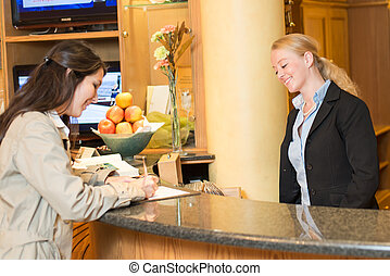 Mladá žena na recepci