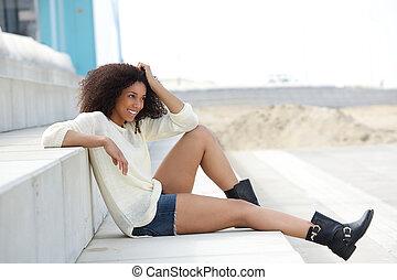 Mladá žena si užívá léto
