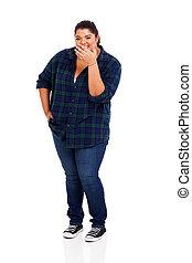 Mladá žena váhy se směje