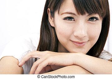 Mladá a krásná žena s úsměvem