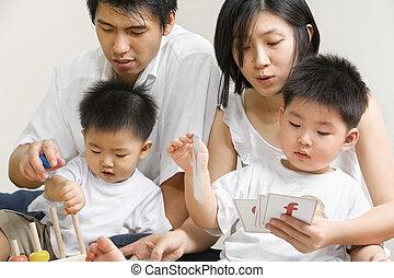 Mladá asianská rodina tráví čas spolu
