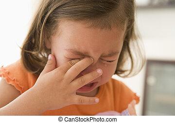 Mladá dívka uvnitř pláče