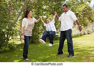 Mladá rodina se baví v parku