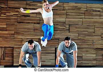 Mladá skupina dospělých ve fitness klubu