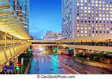 Moderní město v noci, hong kong, brada.
