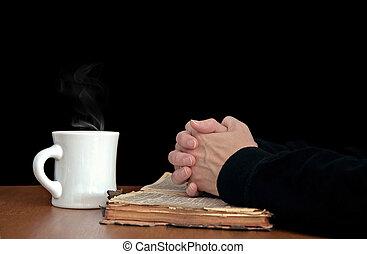 Modlí se za ruce s biblí