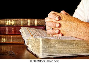 Modlená žena se svatými biblemi