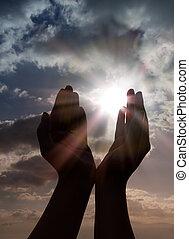 Modlete se s rukama nad sluncem