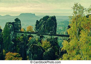 Most bastei v saxonském svitzersku, přes řeku, valu, v národním parku slajk