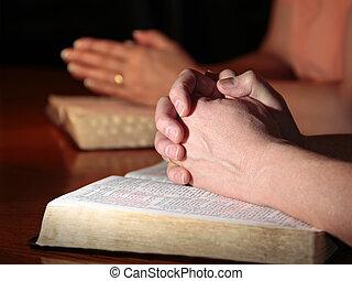 Muž a žena se modlí s biblemi