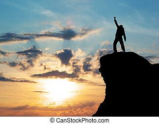 Muž na vrcholu hory