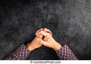 Mužské ruce na temném pozadí