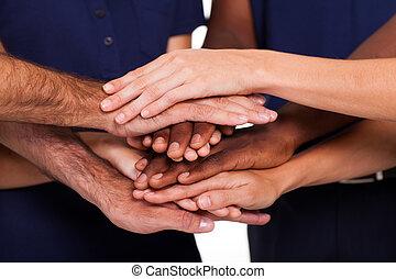 Multiracionální ruce dohromady