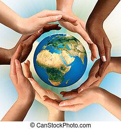 Multiracionální ruce kolem země