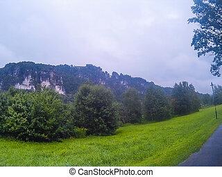 Německo, bastei, výhled na bastého v saxonské zemi, na břeh řeky a na řeku Kurr.