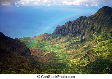 Na pobřeží Kauai, výhled na aeriální pohled na duhu