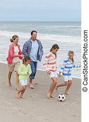 najet na břeh míč, hraní, rodina, kopaná, rodiče, děti