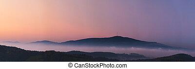 Nešťastná krajina západu slunce, hory, mraky, mraky mlhy, lesy, hory, hory, hory, klece, kyč