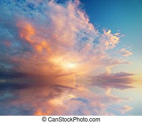 Nebeské pozadí západu slunce.