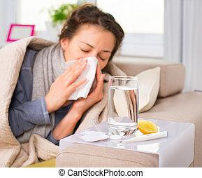 Nemocná žena. Chřipka. Žena nastydla. Kýchání do tkáně