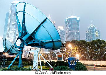 Noc, shanghaiho mrakodrapy a satelitní antény.