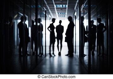 Obchodní tým v chodbě