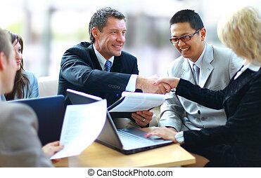 Obchodníci se třesou rukou, dokončují jednání