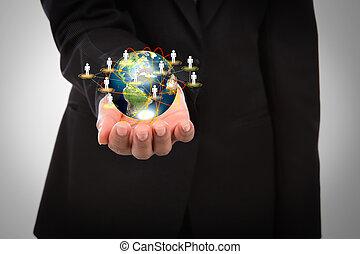Obchodník drží malý svět v rukou s bílým pozadím.