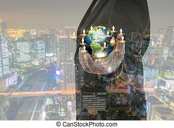 Obchodník drží malý svět v rukou s městskou službou.