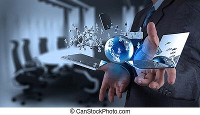 Obchodník pracuje na moderní technologii