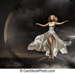 Okázalá blondýna s krásnými šaty